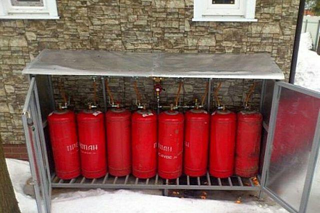 Для размещения сразу восьми газовых баллонов, подключенных к котлу отопления, хозяева предусмотрели специальный коммутационный шкаф