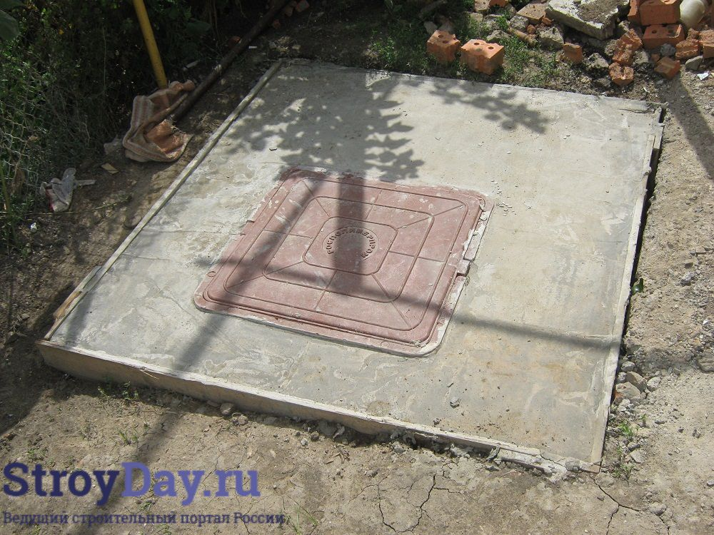 Фото 8. Верхняя плита колодца с установленным люком