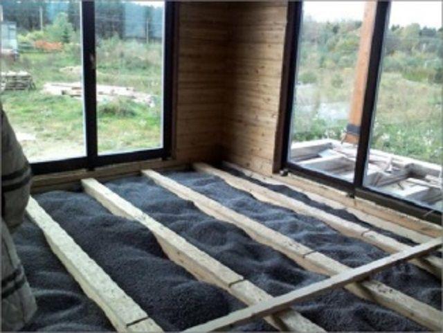 Пеностекло, засыпанное между лаг деревянного пола.