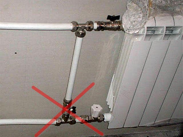Не поддавайтесь уговорам «опытных мастеров» – крана на байпасе в обвязке радиатора в многоэтажном доме быть не должно!