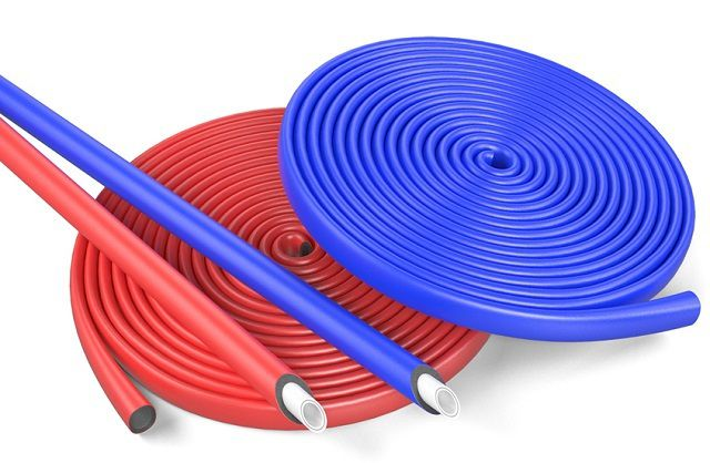 Утеплительные трубки в защитной оболочке. Кстати, удобно для цветовой маркировки трубопроводов – сразу видно, где холодная, а где горячая