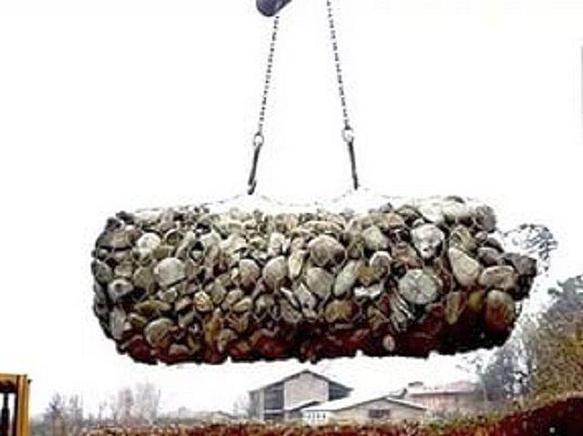 Цилиндрический габион с каменным наполнением в процессе укладки