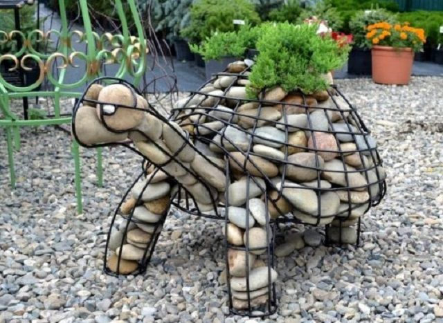 А этот оригинальный декоративный габион в форме черепахи потребует определенных навыков в сварке