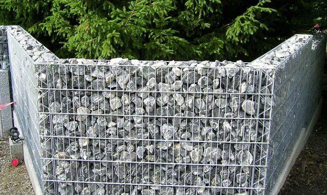 Забор, выстроенный из габионов