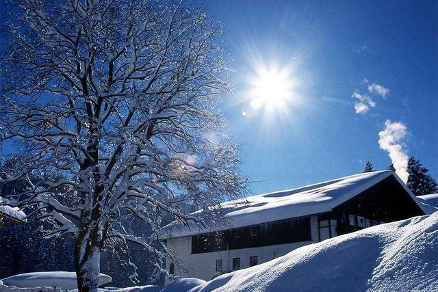 Даже в морозный день яркое зимнее солнце способно весьма ощутимо влиять на температуру в помещениях
