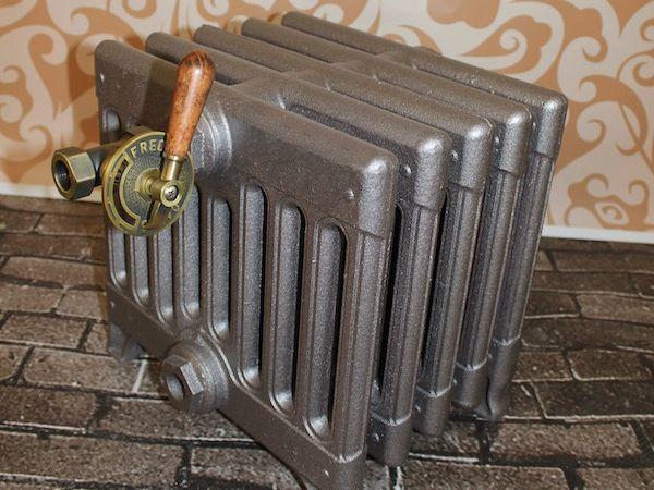 Это, конечно, «новодел», сделанный по образцу и подобию антикварных радиаторов, по вот именно такие или очень похожие краны количественной регулировки нагрева были характерны для батарей начала ХХ века.