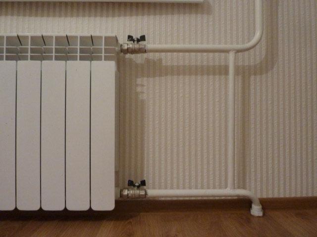 Шаровые краны на входе и выходе из радиатора – запорные, а не регулировочные элементы, и применять их для изменения температуры нагрева – нежелательно. Это не категорический запрет, но прислушаться к нему стоит