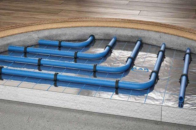 Водяной «теплый пол» показывает все свои преимущества в том случае, если он располагается в монолитной стяжке, которая становится отличным аккумулятором тепла