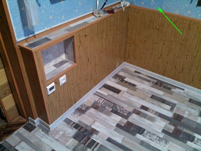 Установлены новые плинтусы. Оштукатуренный участок стены, где прокладывался кабель, заклеен найденным фрагментом обоев