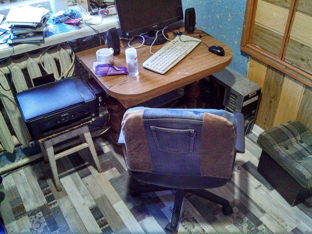 Вид со стороны двери. Маленький столик – временное явление, так как старый письменный стол взят на переделку, а точнее, будет использован в качестве «стройматериала» для изготовления чего-нибудь более удобного и функционального