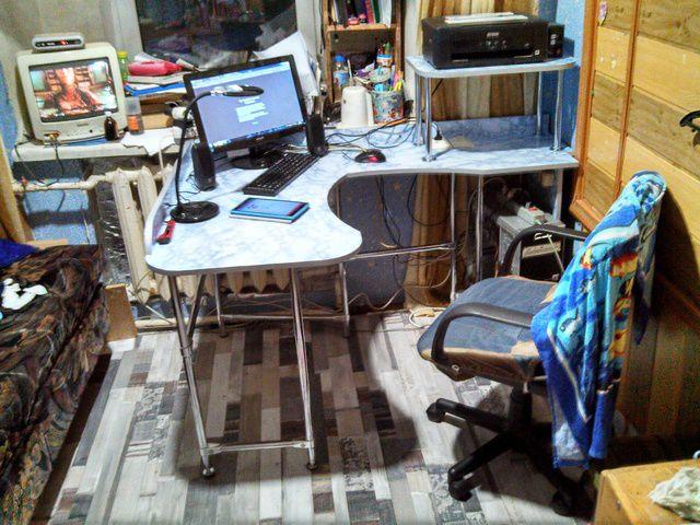 А вот, кстати, и более поздняя фотография – уже с новым письменным столом