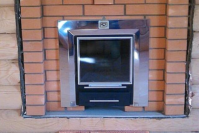 Хотим мы этого или нет, но вынесенное в соседнее помещение (в предбанник) топливное окно печи – тоже весьма «эффективный мостик» потерь выработанного прибором тепла