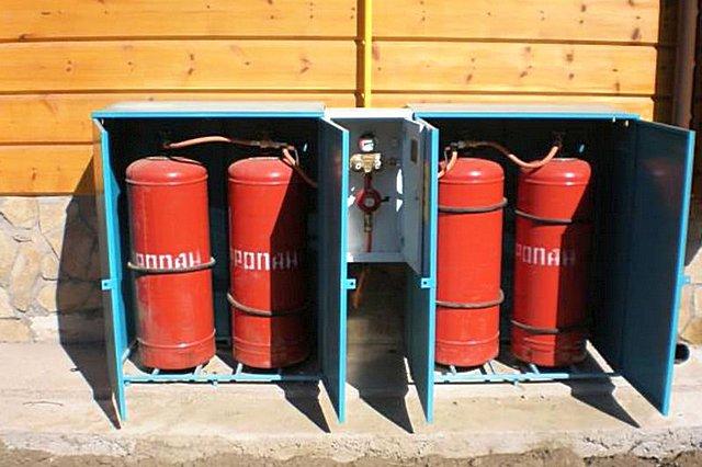 Если планируется применение баллонного газа, то можно у стены бани смонтировать специальный шкаф.