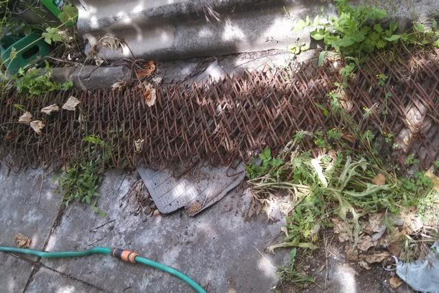 Снятая сетка – тяжеленная и громоздкая. Но для армирования в перспективе бетонированной площадки будет в самый раз