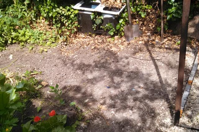 А вот эти «залысины» — это траншея и вторая яма после засыпки их грунтом.