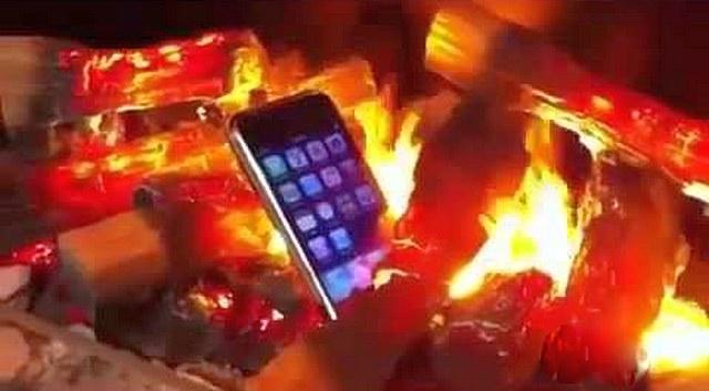 Кадр, демонстрирующий безопасность создаваемого «пламени» — смартфон лежит в самой гуще «пылающих дров», которые, однако, не наносят ему никакого вреда