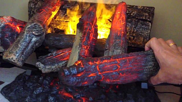 Жутковатое зрелище – горящее полено в руке! Не страшно – это лишь имитация огня, но насколько достоверная!