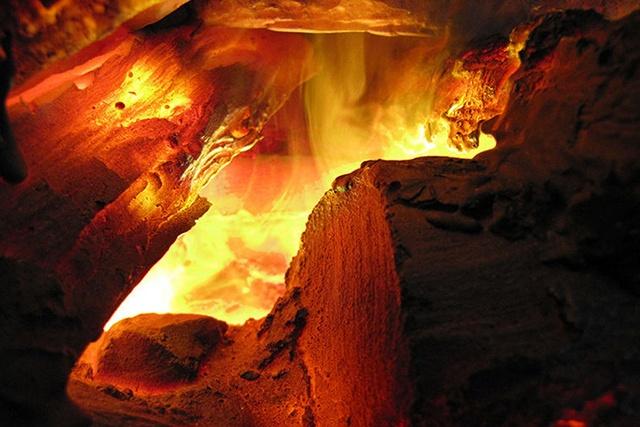 Преломление и отражение направленного света нужного оттенка в мельчащих частичках поднимающегося водяного тумана (пара) дает потрясающий визуальный эффект живого огня