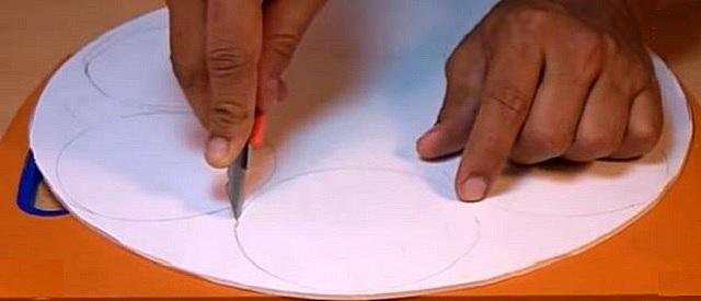 Ответственная операция – вырезание круглых окон для установки воронок из бутылок
