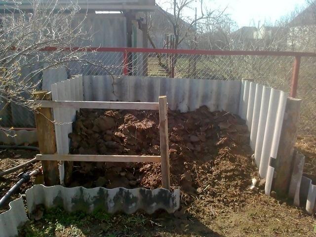 Вполне приличные компостные ямы получаются со стенками из гладкого или волнового шифера.