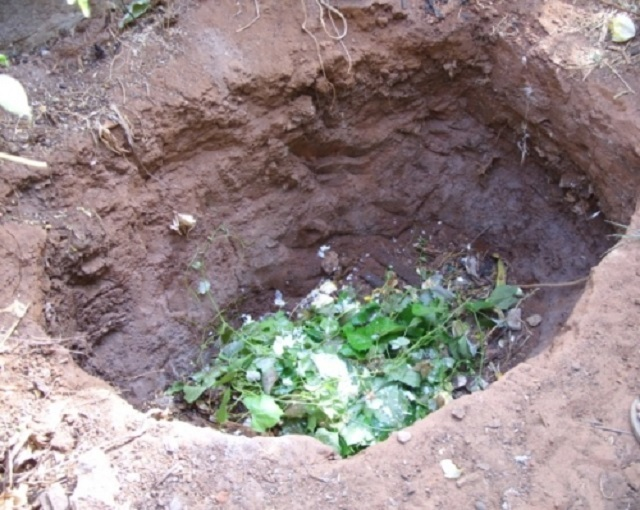 Самый простой вариант – банальная яма, выкопанная в грунте, но его никак нельзя назвать удачным решением