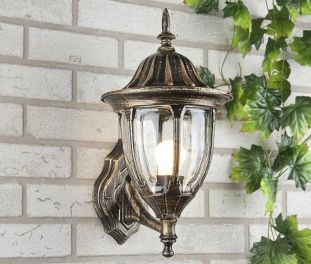 Светильники по типу известных бра могут выполнять роль и наружного освещения. Правда, такие приборы должны обладать требуемой степенью защищенности корпуса
