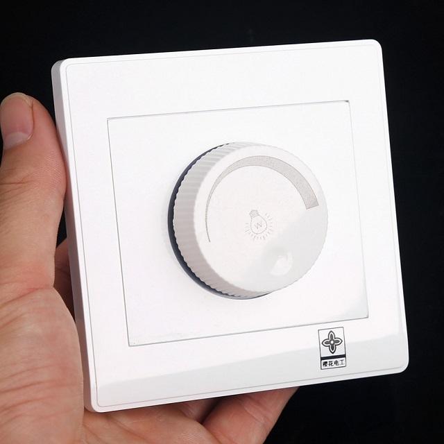 Если вместо обычного выключателя установить диммер, то появится возможность регулировать яркость освещения