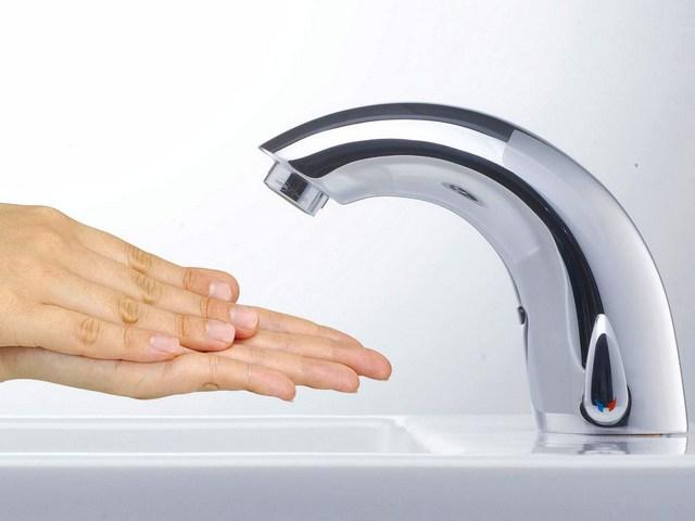 Бесконтактный смеситель с фотодатчиком сработает автоматически – стоит лишь поднести к нему руки