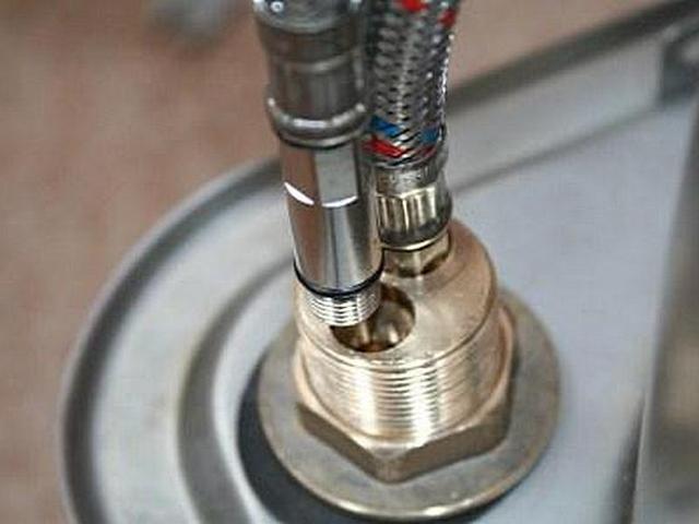 Крепежный узел этого смесителя красноречиво говорит, что корпус прибора отлит из латуни