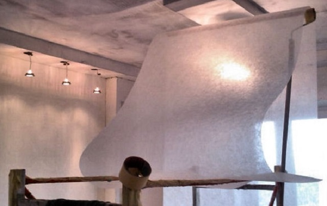 Для потолков обычно используют самый тонкий стеклохолст, с плотностью 25 г/м²