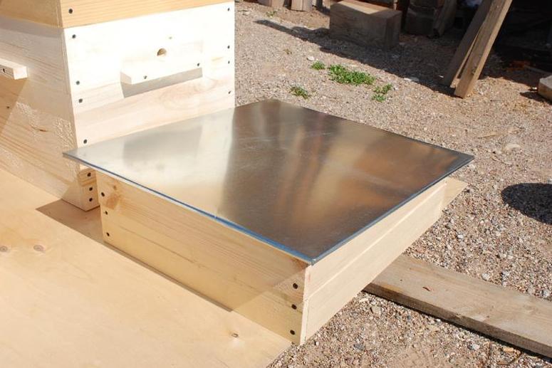Металлическое покрытие крыши будет оптимальным вариантом, благодаря своей отражающей способности