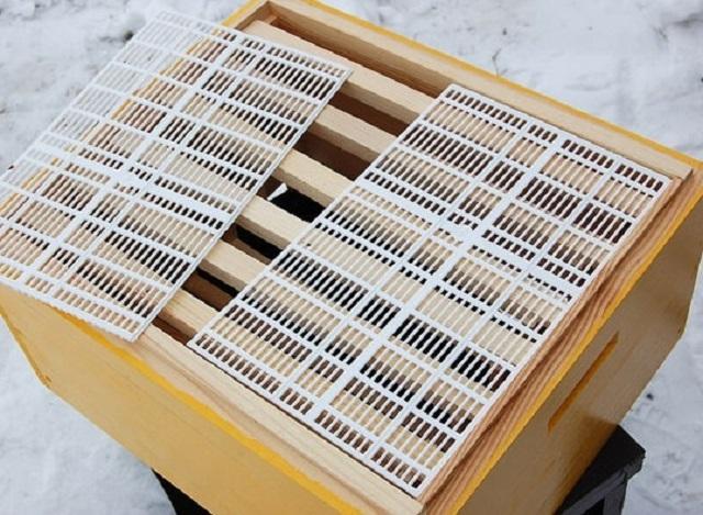 Разделительная рамка – не дает возможности трутням и пчеломатке проникать в магазинную надстройку, оставаясь при этом проходимой для рабочих пчел