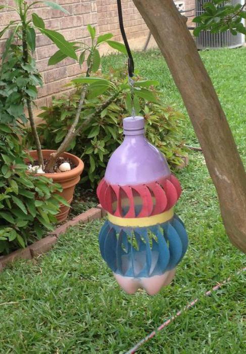 Еще один красочный вариант по типу юлы, но раскрой бутылки здесь – несколько сложнее
