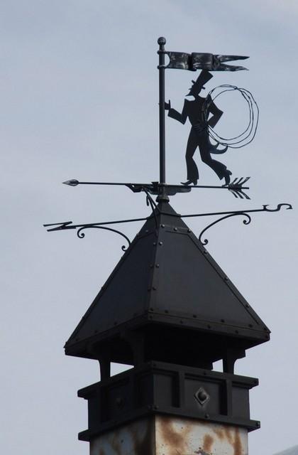 Изображение трубочиста на флюгере, по народным поверьям, притягивает в дом удачу