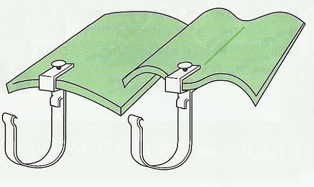 Такие кронштейны на волновой кровле должны крепиться только на гребне или в низшей точке волны
