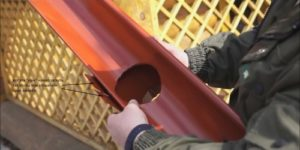 Как установить водостоки, если крыша уже покрыта: устанавливаем правильно водостоки своими руками, выбрав подходящий вариант