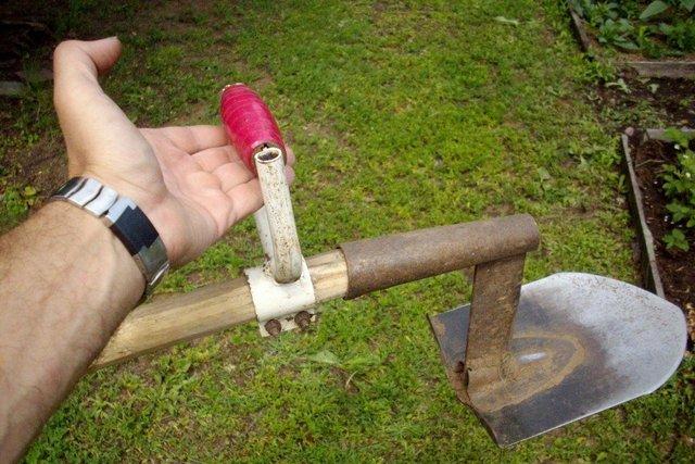 Вот такая усовершенствованная лопата-плоскорез намного упростит операцию по удалению дернины