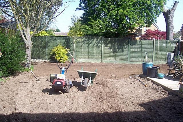 Чтобы газонная трава активно пошла в рост, участок необходимо тщательно перекопать, а затем измельчить все комья