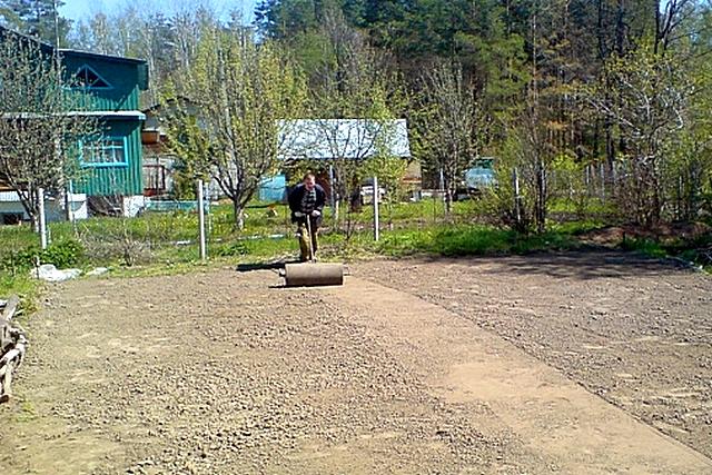 Обязательное условие качественного газона – грунт перед посадкой должен быть хорошо уплотнен, прикатан