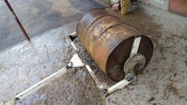 Самодельный каток для прокатывания участка под газон – в ход пошла ненужная металлическая бочка