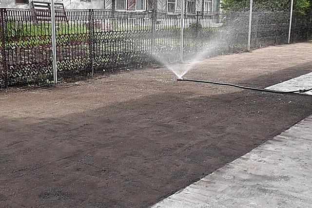 Первый полив газона – семенам необходима обильная влага для прорастания