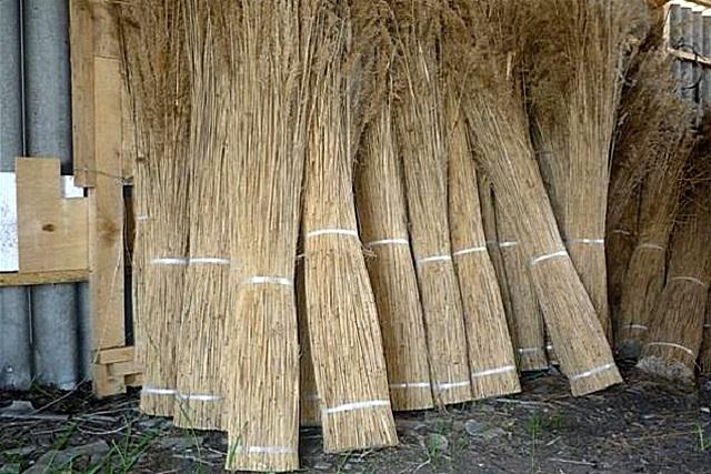 К использованию камышового свясла в наше время прибегают все реже – обычно применяют бечёвки или проволоку