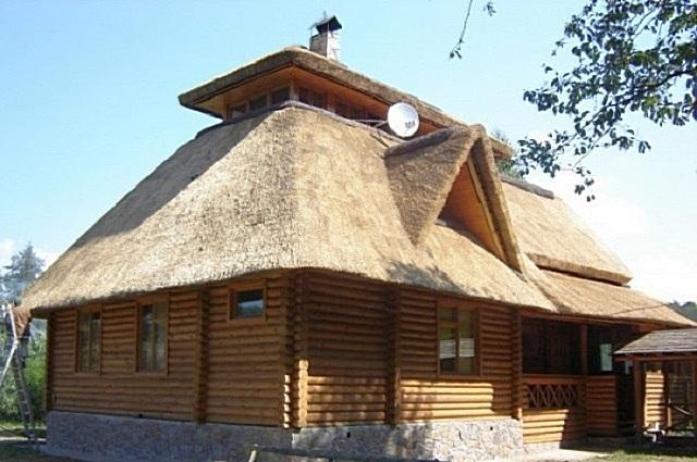 Современный дом, покрытый камышовой крышей