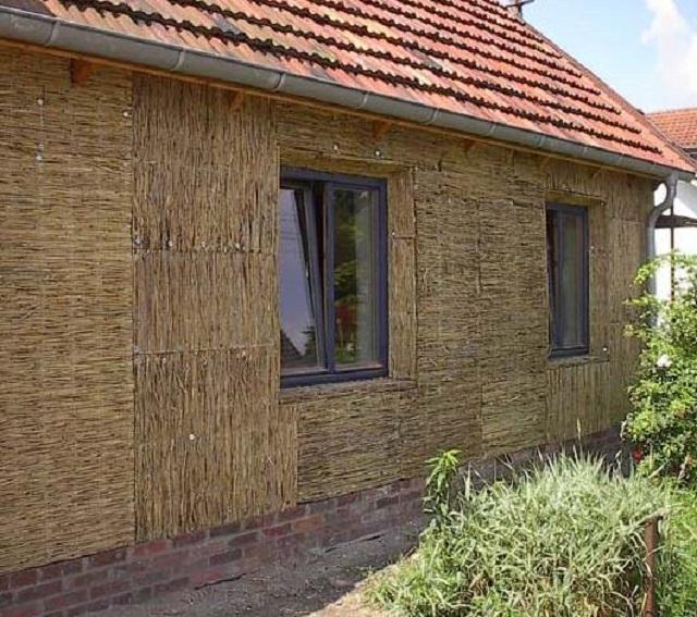 Камыш применяется не только для кровельных работ – от прекрасно утепляет и звукоизолирует и стены домов