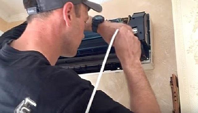 Можно попробовать пробить засор дренажной трубы с помощью отрезка кабеля