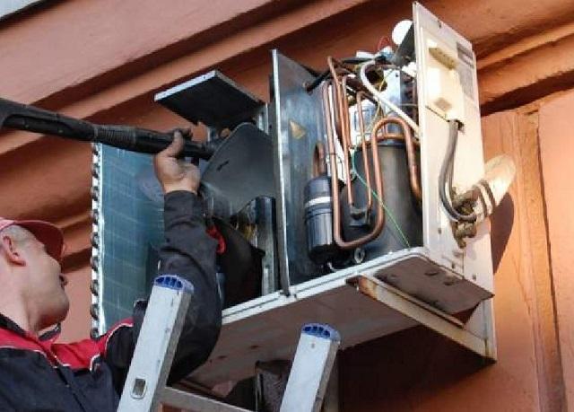 При очистке внешнего блока сплит-кондиционера нельзя забывать о мерах предосторожности при работе на высоте