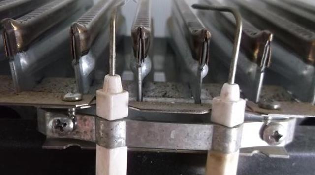 Электроды розжига и контроля ионизации над горелкой котла