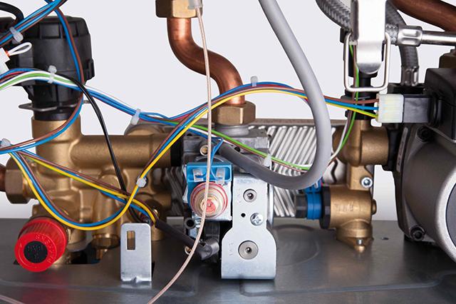 Газовый клапан, установленный в котле. Под манящей прозрачной крышечкой регулировка чего-то важного