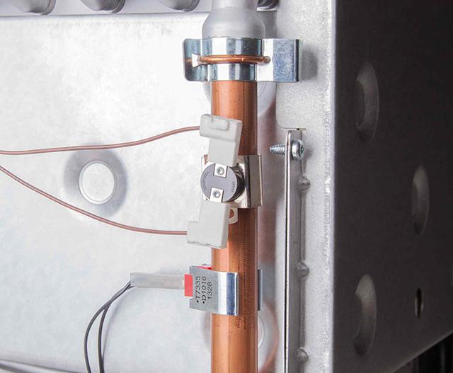 Термостат перегрева (сверху) на выходе из теплообменника. Снизу - температурный датчик NTC