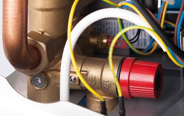 Аварийный клапан, вкрученный в гидравлический блок котла